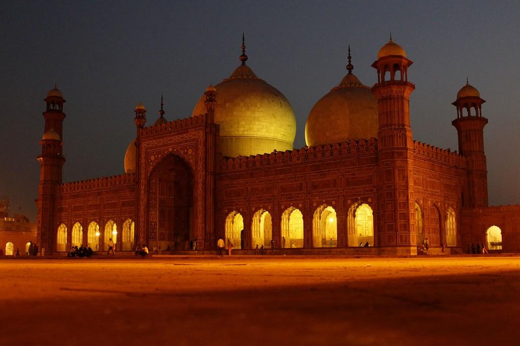 1280px-Badshahi_Mosque_night_view