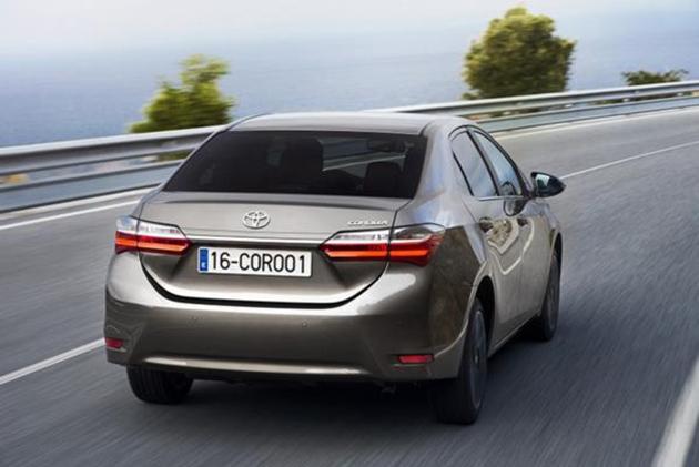 2017-Toyota-Corolla-facelift-Back.Brandsynario