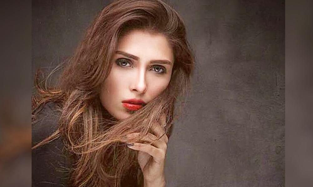 ayeza khan shuts down internet troll after malicious rumor