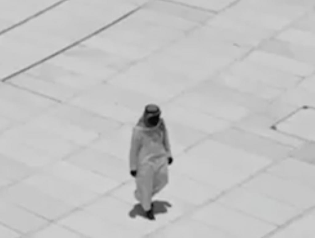 Man performs Tawaaf alone - Brandsynario