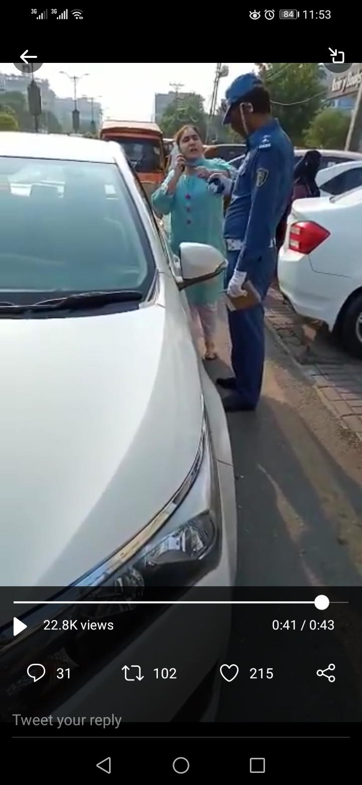 Lahore woman slaps police