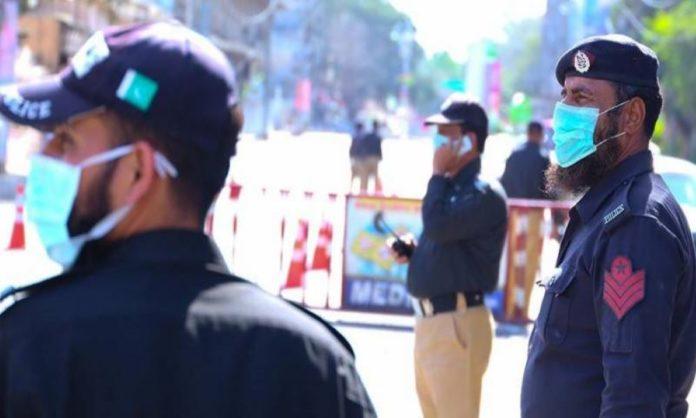 Sindh Police Officer Spotted Giving Masks To Roadside Vendors