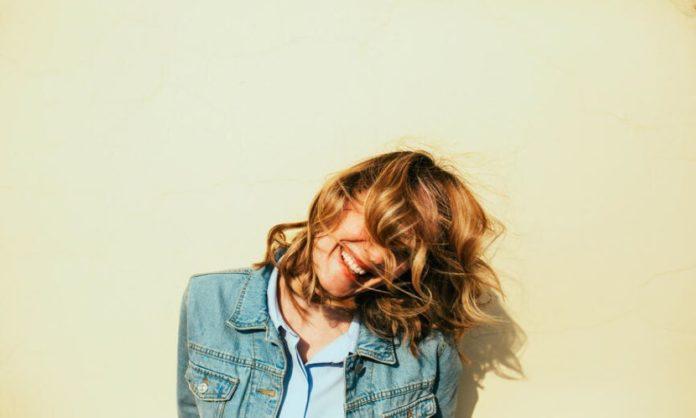 6 Simple Ways To Get Heatless & Bouncy Curls