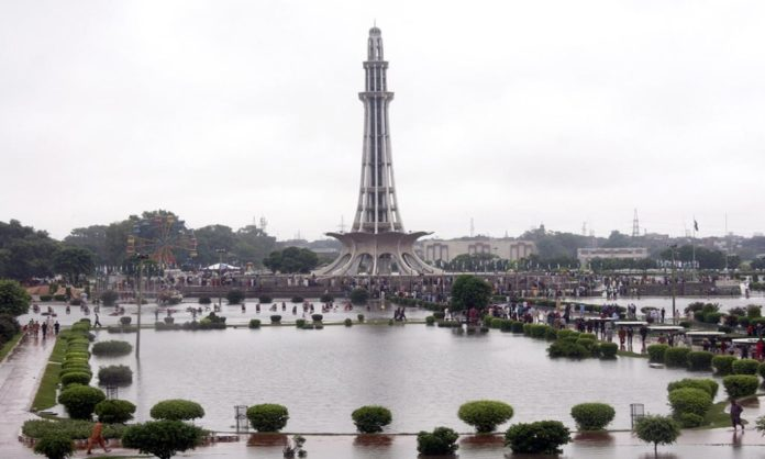 female tiktoker blames victim minar-e-pakistan