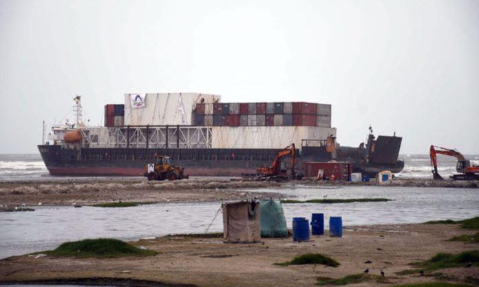 stranded cargo ship pakistanis
