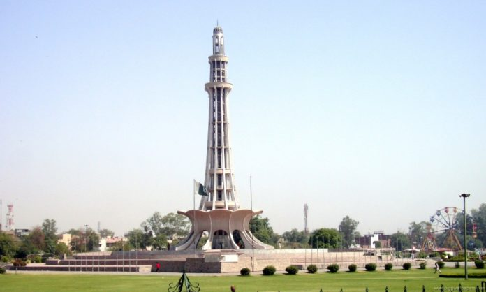 girl lahore manhandled minar-e-pakistan
