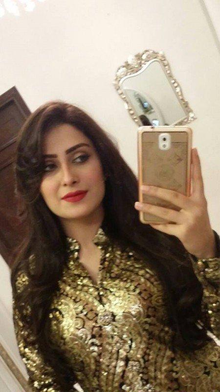 Aiza-Khan-selfie-450x800