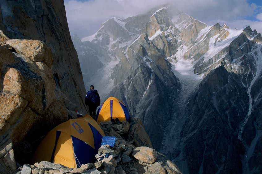 Camping-on-trango-towers-cliff