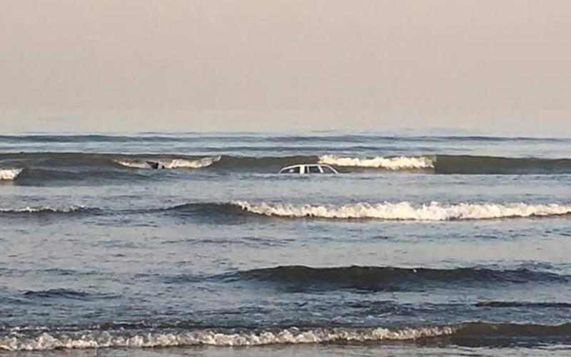 2 Cars Spotted Floating on Clifton Beach Karachi - Brandsynario