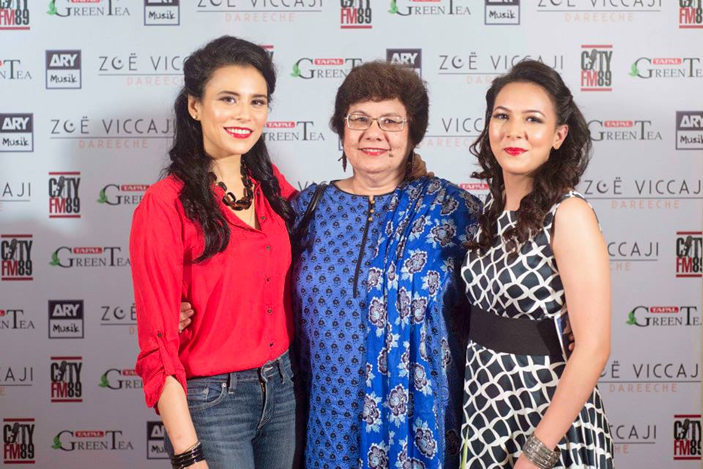 rachel-viccaji-with-sister-and-mother