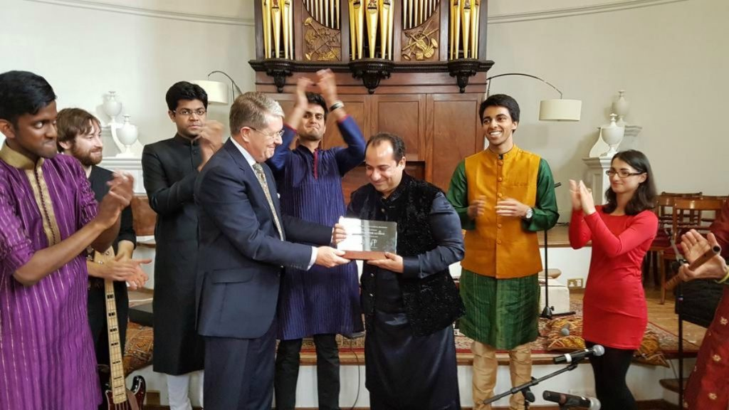 Rahat Fateh Ali Khan receives an honorary shield from Oxford University of England.
