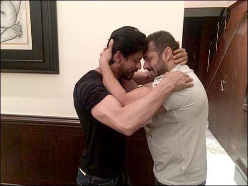 SRK Salman Khan hug