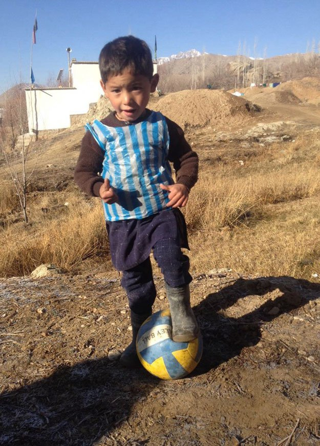 afghan-boy-fan-of-Messi AFP