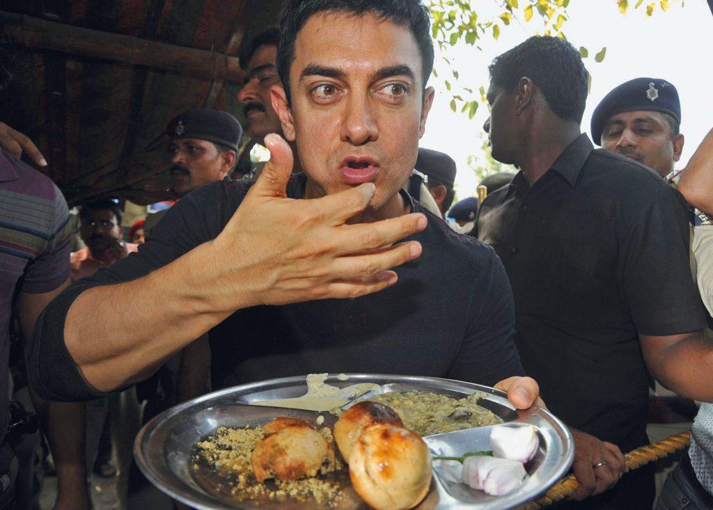 Bollywood actor Amir Khan is eating Bihari food 'Litti' at road side Litti shop at Bailey Road in Patna. Photo by - Sonu Kishan.