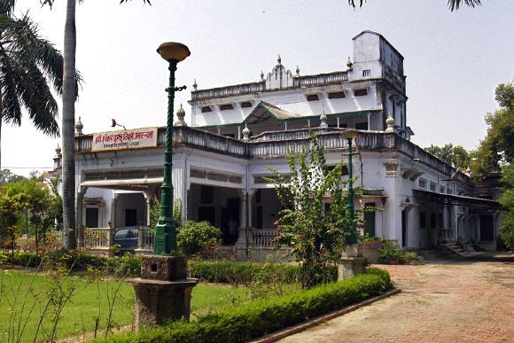 Bollywood celebrities 39 homes lavish lifestyles brandsynario - Amitabh bachchan house interior ...