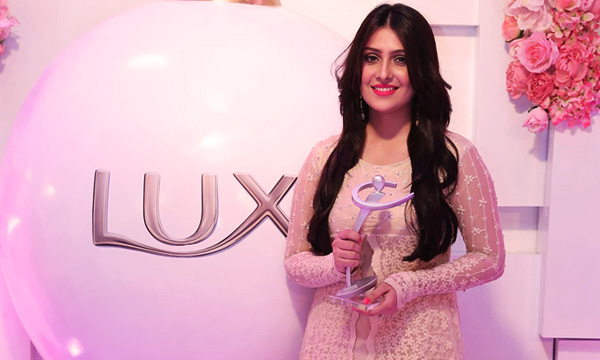 ayeza-khan-lux-style-awards