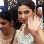 mahira-khan-with-fans