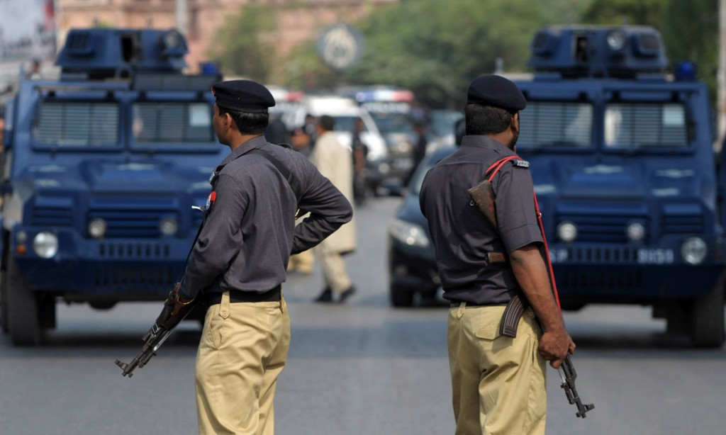police-arrest-three-suspects-belonging-to-political-party-in-karachi-1433150064-8962