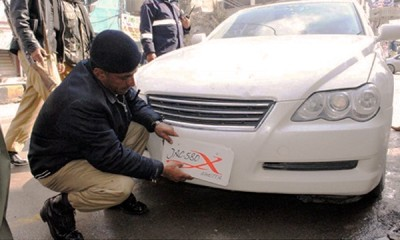 police-remove-number-plate