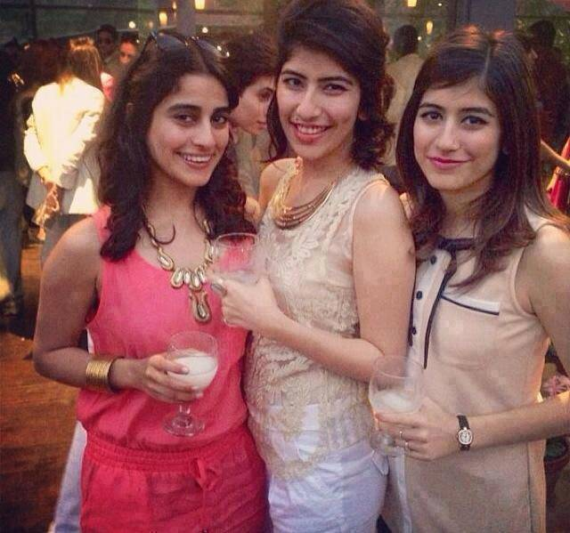 Pakistani Actress Pics With Sisters